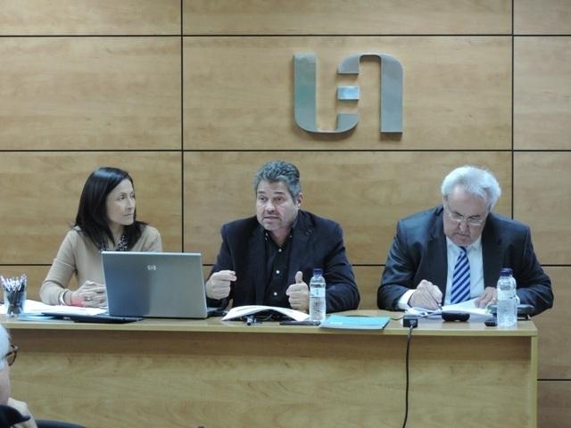 El president Joan Domènech, al centre, amb la secretària Paula Arias, en un acte del 2019