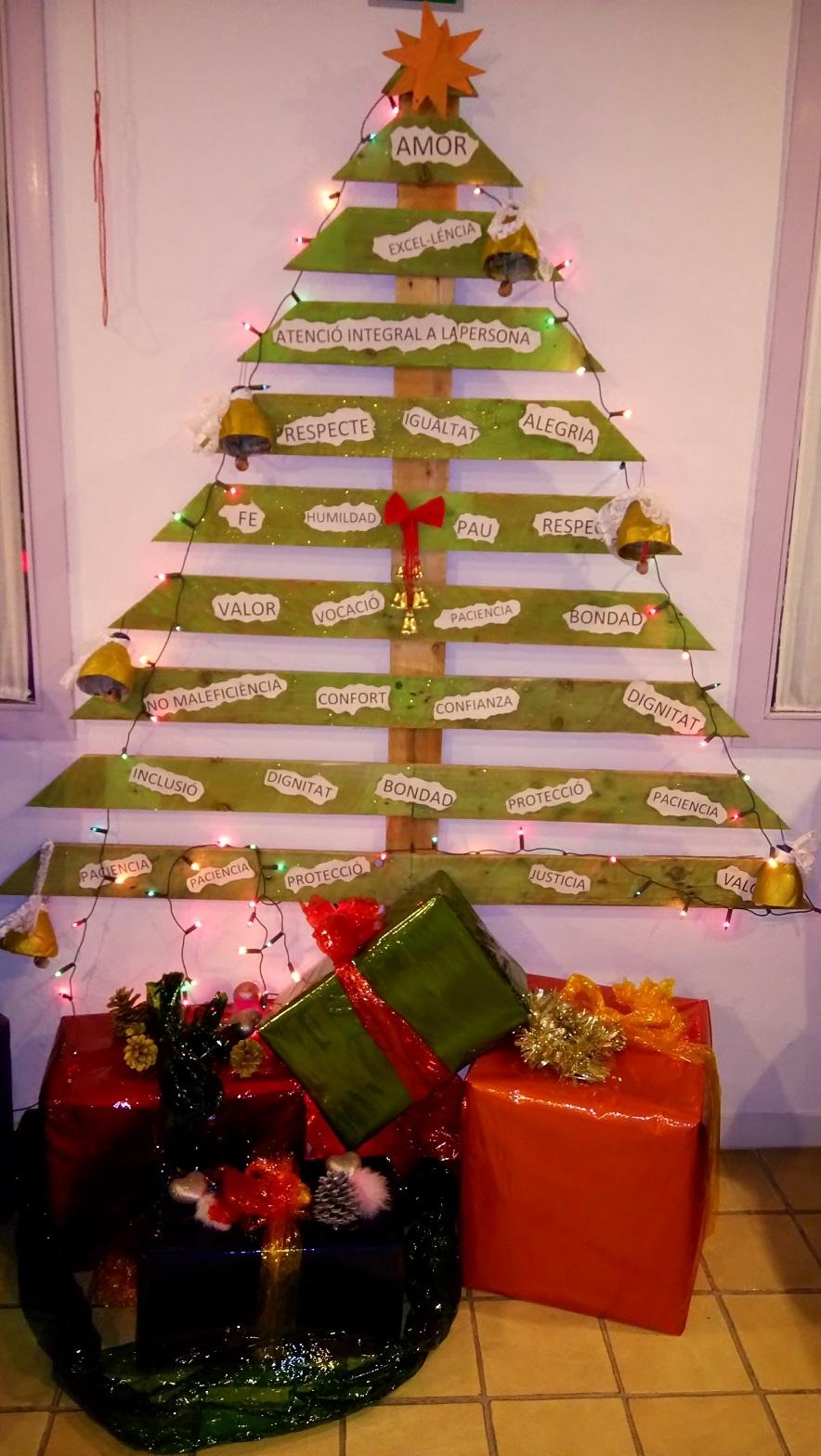 Un arbre de Nadal construït en base a un palet, una de les creacions