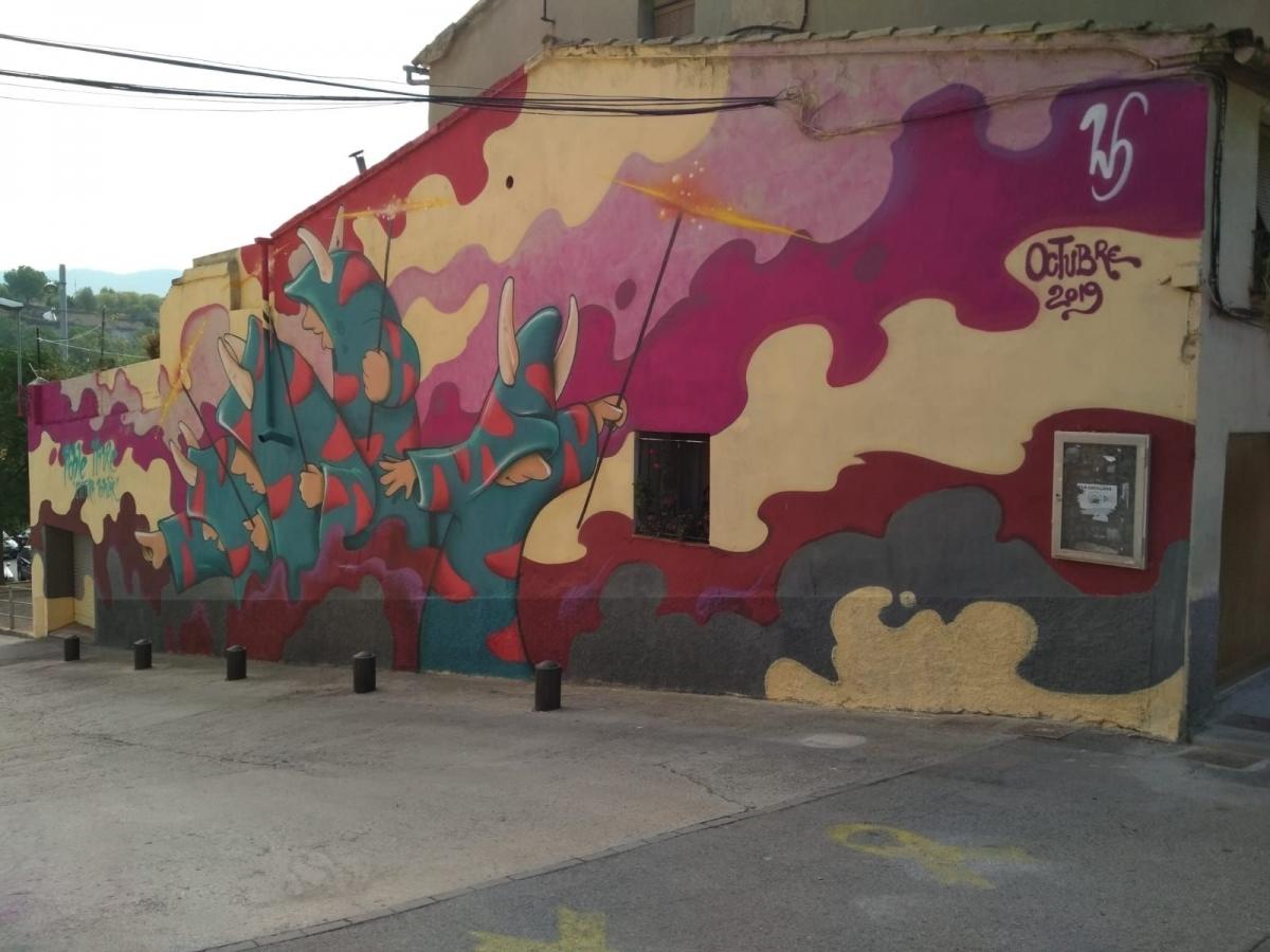 El mural, a la baixada de l'aparcament de l'Estrassa