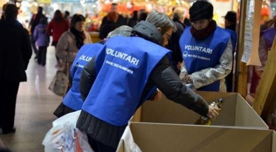 Dos voluntaris de l'edició anterior, en un dels punts de recollida