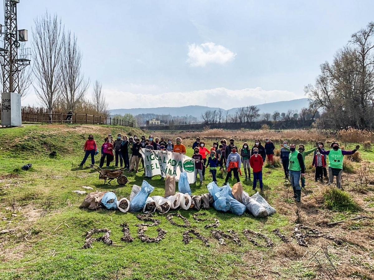 Una vegada acabada la neteja del tram del riu, els voluntaris mostraven part dels seus resultats en aquesta foto