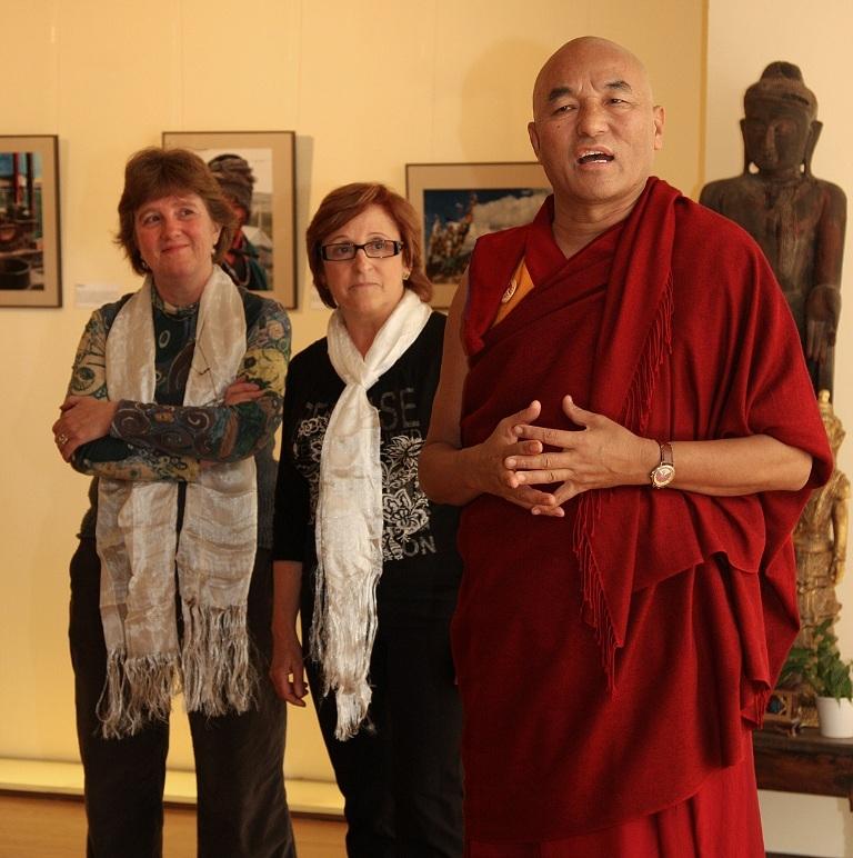 Maria Gregori a costat del monjo Thubten Wangchen, responsable de la Casa del Tibet