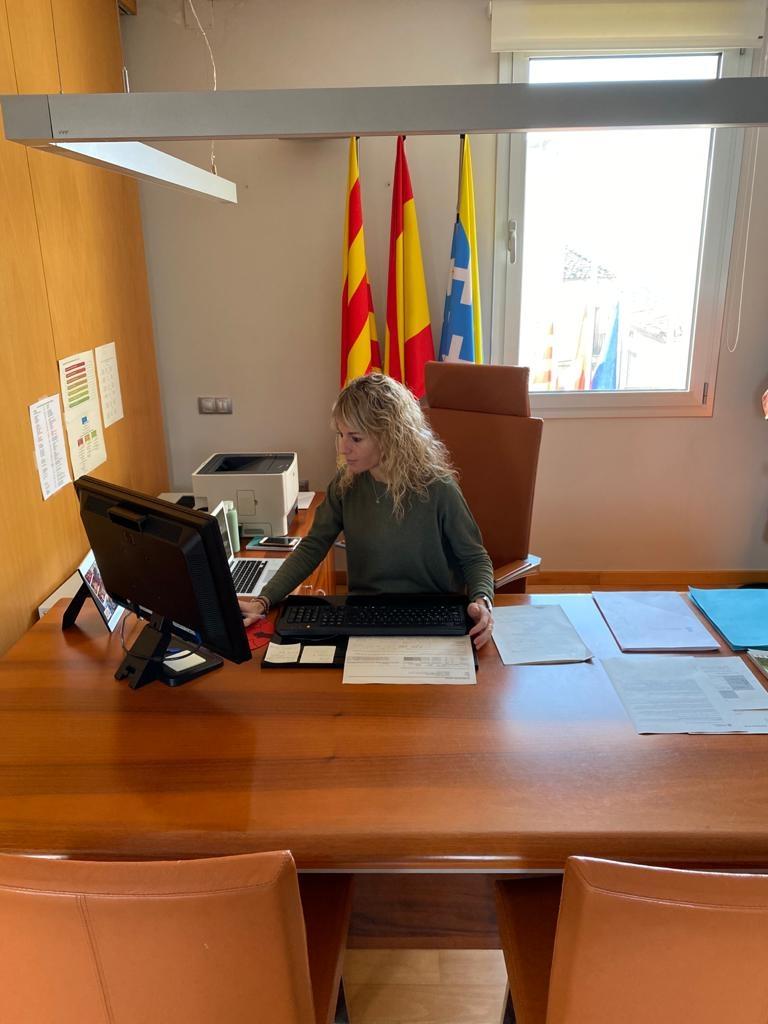 Maria Sayavera, al seu despatx de l'ajuntament, conversant amb els altres batlles i batllesses de la Conca d'Òdena