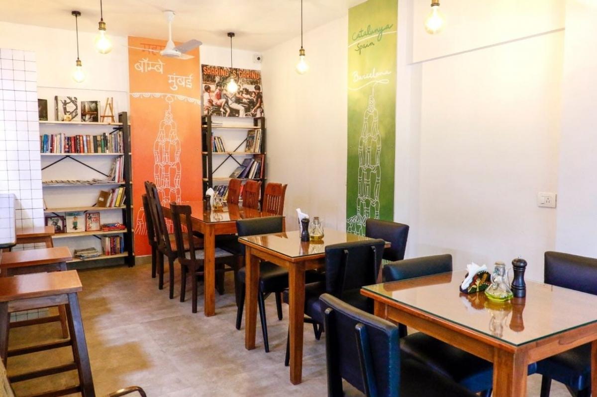 Interior de la Bombay to Barcelona Library Caf