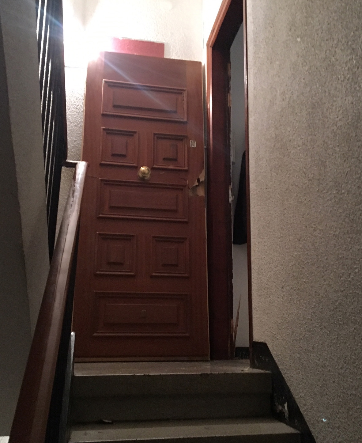 Els agents han entrat al pis esbotzant la porta d'entrada (Foto: Toni Cortès)