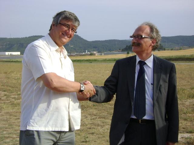 Jordi Aymamí i Francisco guisado, encaixant les mans aquest dijous a l'aeròdrom