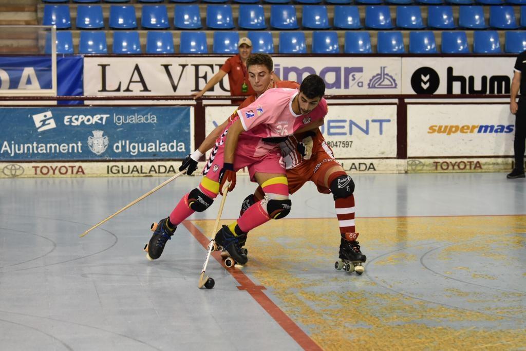 Un dels davanters igualadins, tot intentant desfer-se de la pressió d'un defensor del Girona