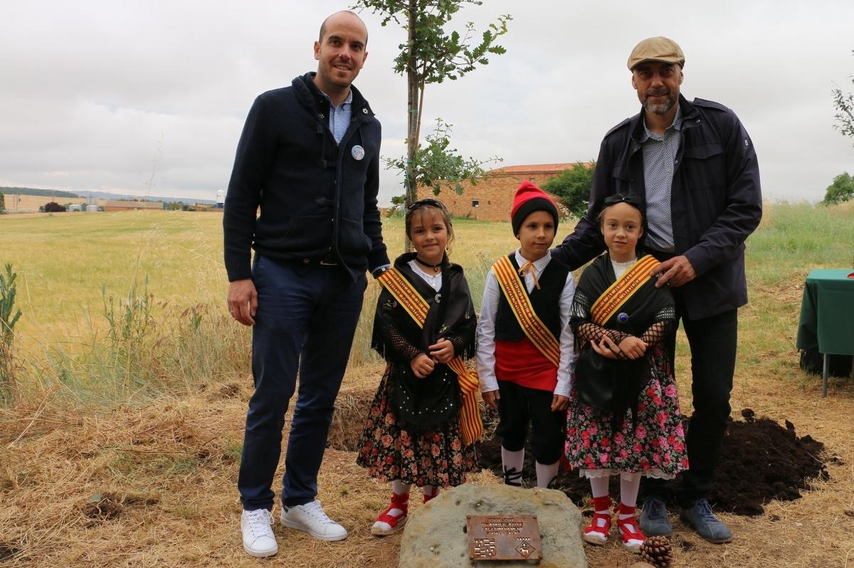 Una de les famílies, amb l'alcalde Jordi Badia, dreta, en l'edició de 2017