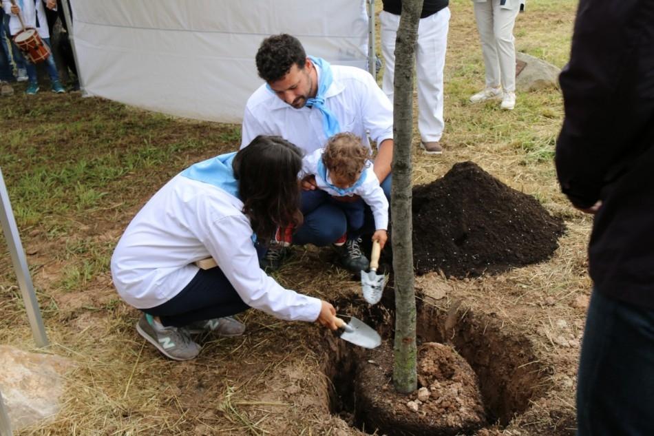 Una de les famílies, plantant la seva alzina