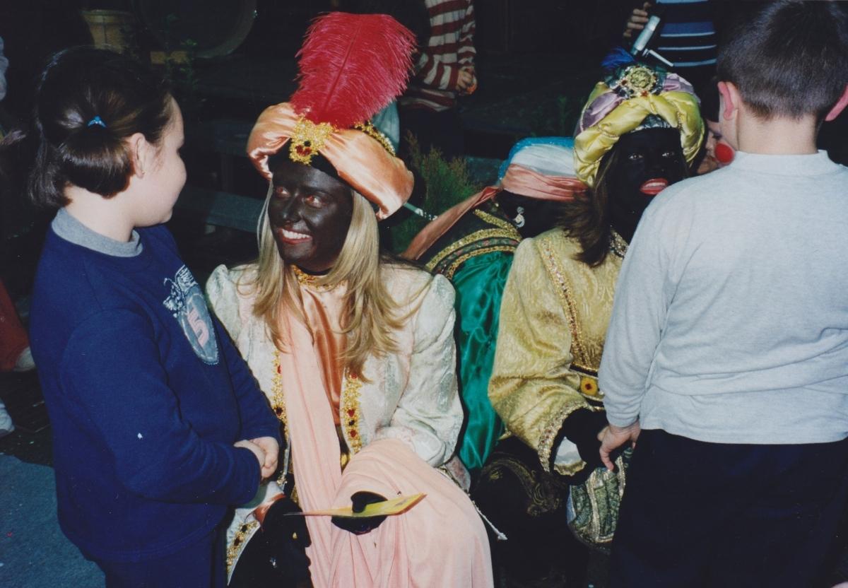 Les patgesses parlant amb infants al Saló de la Infància d'Igualada (2001)