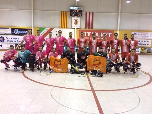 L'Igualada, a l'esquerra, vestit de rosa, abans del partit contra el Girona
