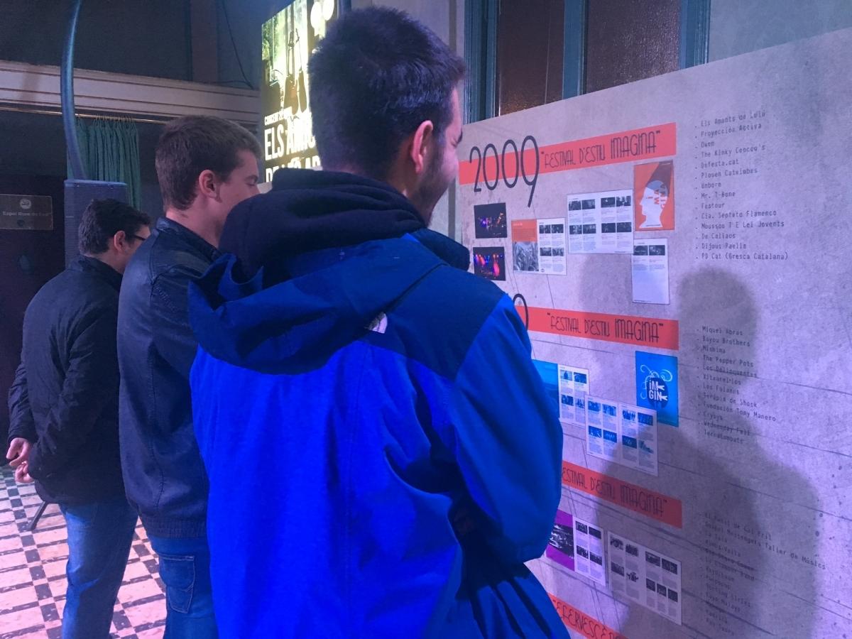 Joves mirant els plafons de l'exposició