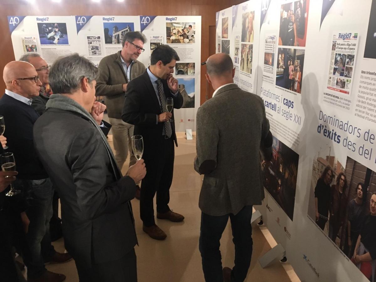Marc Marcé mostra els plafons als assistents a la inauguració (Foto: TCM)