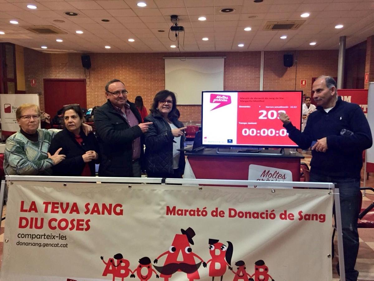 Representants municipals i del Banc de Sang, amb el marcador de donants, un cop acabat l'acapte