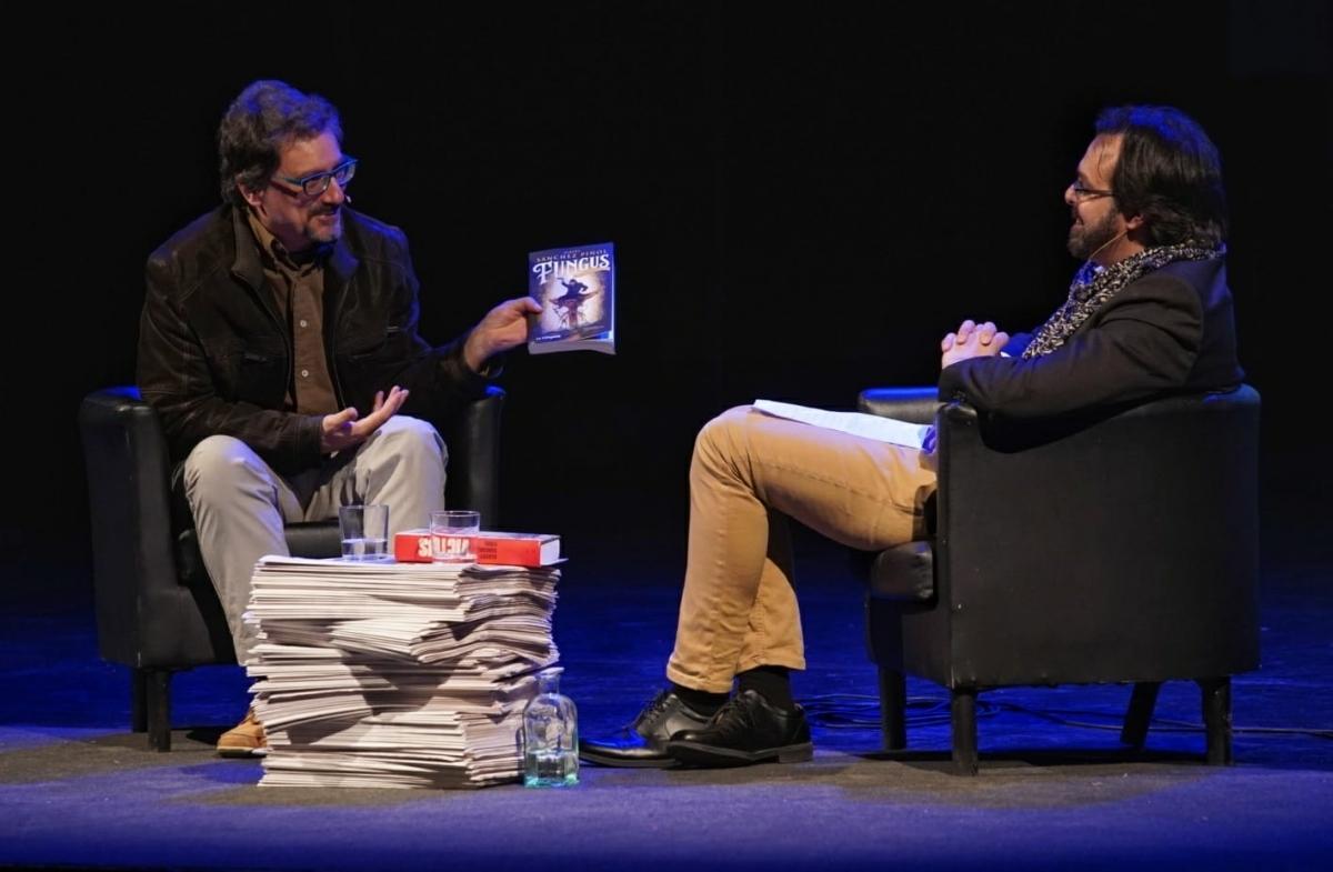 L'escriptor, amb Bernat Roca FOTO: Marc Vila