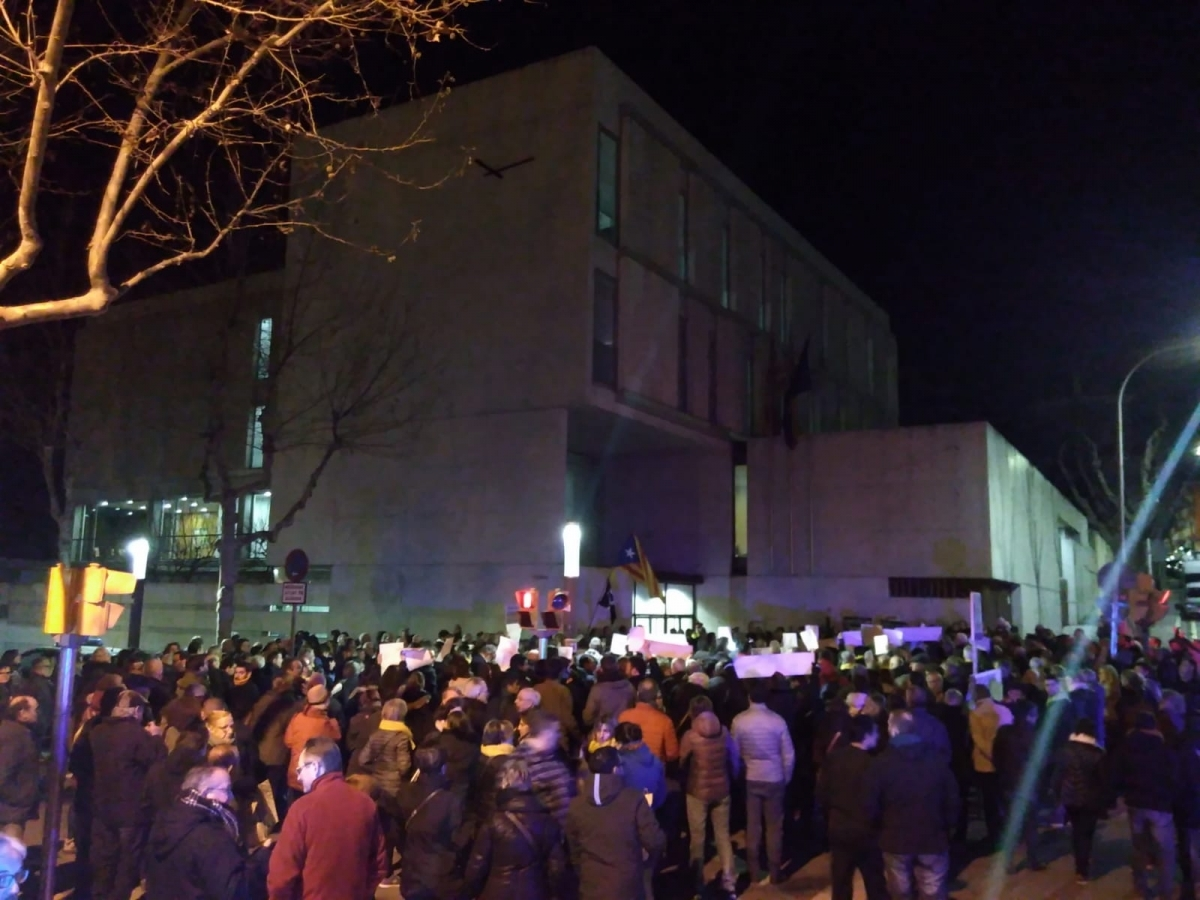 Concentració de centenars de persones davant els jutjats FOTO: A. M.