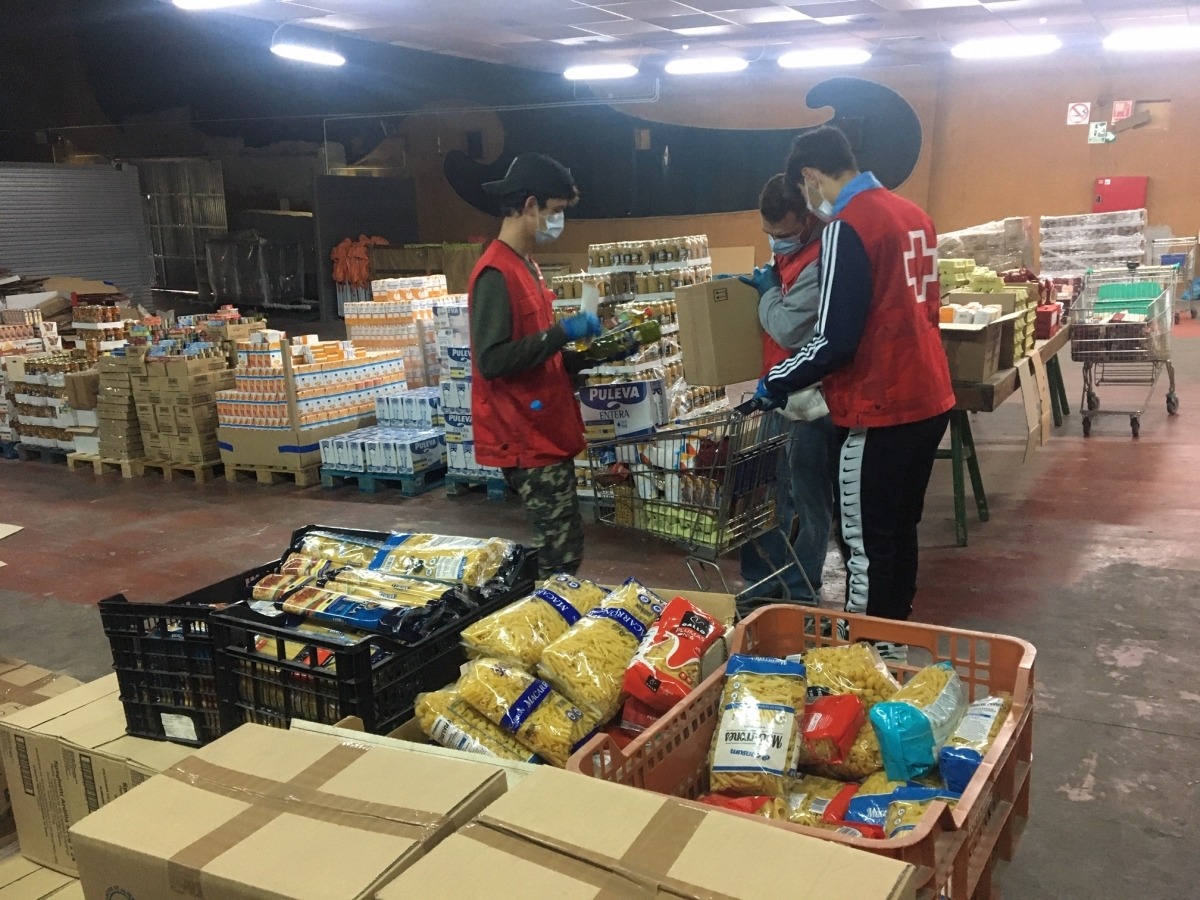 Joves voluntaris de Creu Roja al banc d'aliments de Vilanova del Camí (Foto: TCM)
