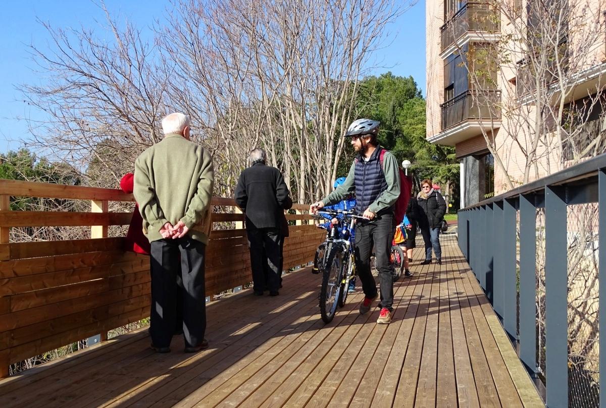 La passera del Parc de Vallbona, exemple de convivència de bicicletes i vianants