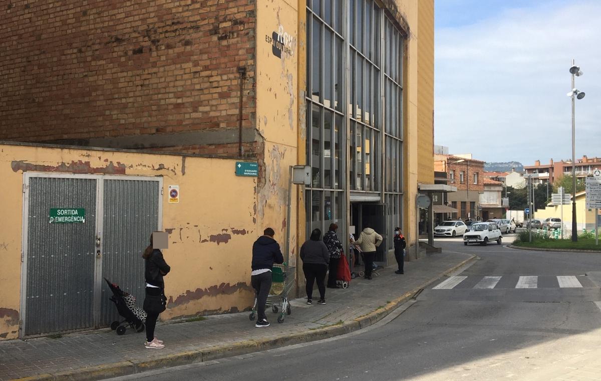 Persones fent cua al banc de queviures de Vilanova del Camí (Foto: TCM)