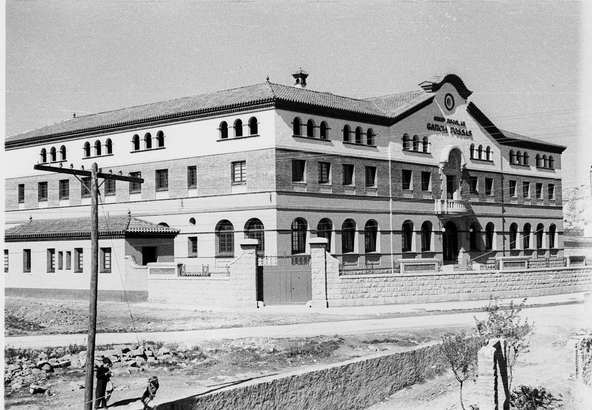 Vista exterior de l'escola, el 1937