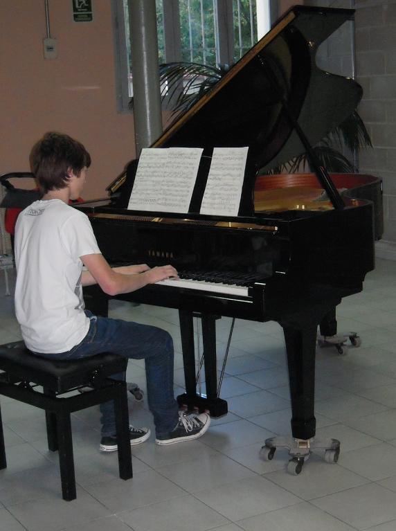 Joaquim Font tocant el piano