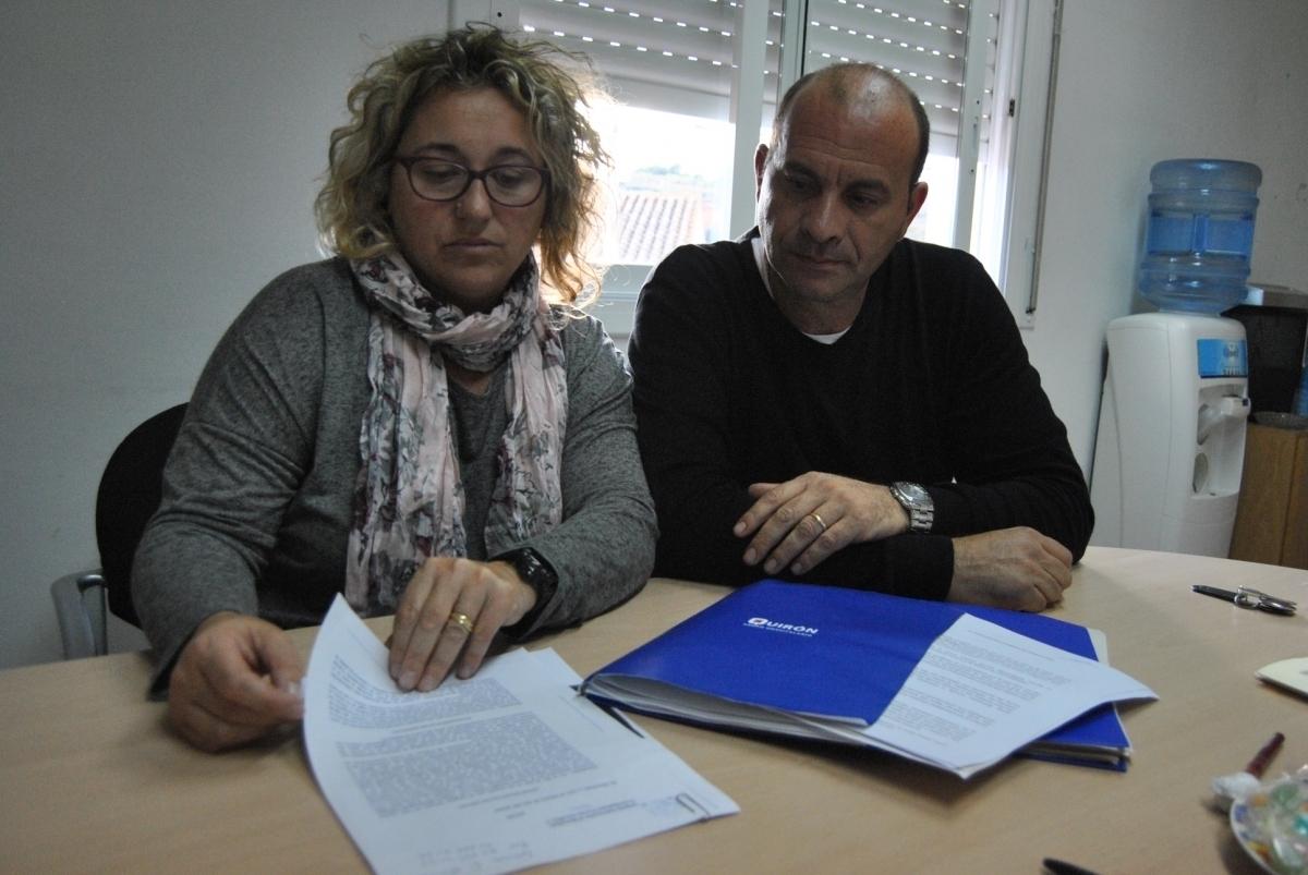Els pares, mostrant un dels informes de la clínica