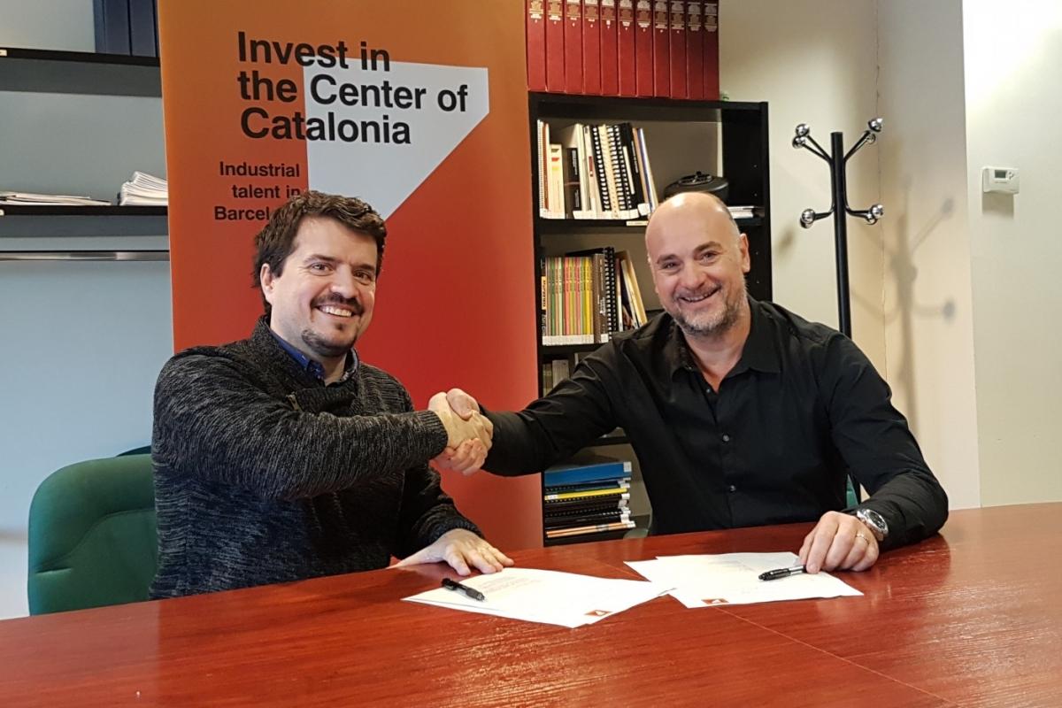 Jaume Catarineu i Joan Serra, en el moment de la firma