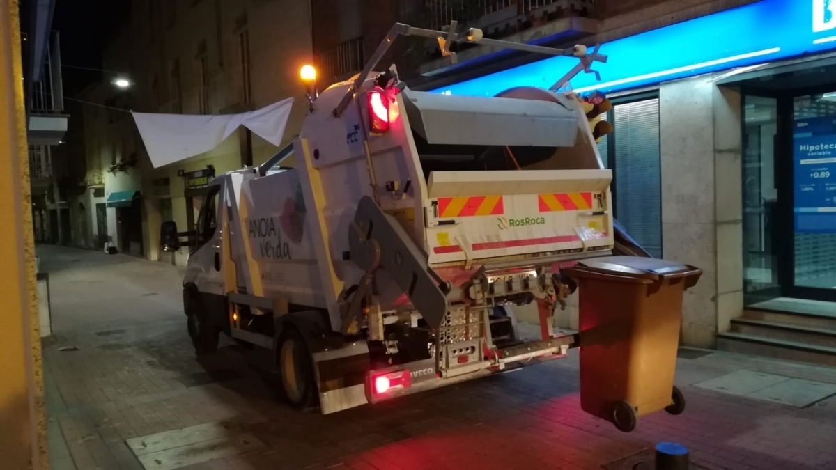 El pas del camió de recollida per Capellades