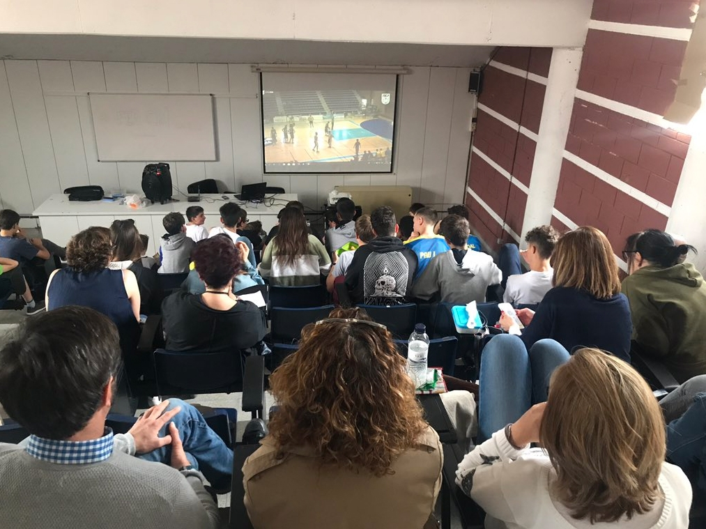 Els socis i seguidors del conjunt igualadí van seguir el partit en streaming a Les Comes (Foto: CBI)