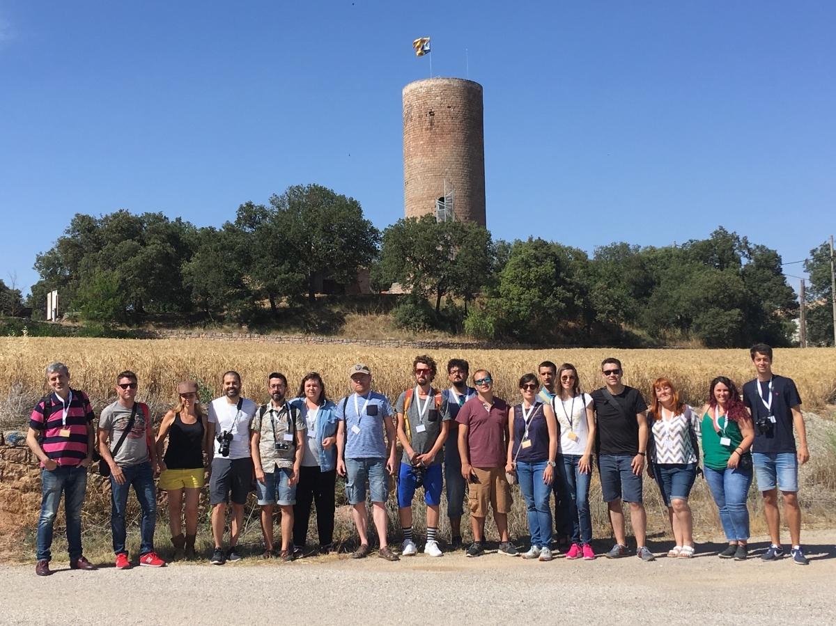 Els instagramers, davant la Torre de la Manresana