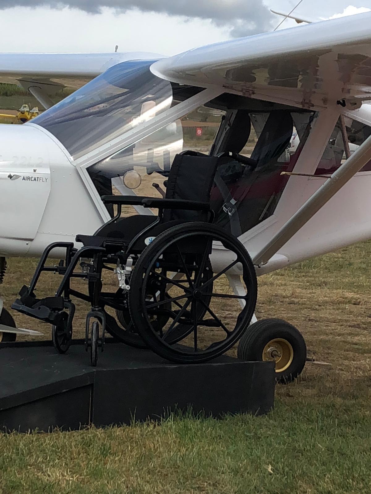 A l'aeròdrom, aparells amb totes les facilitats per acostar a discapacitats a l'experiència de volar