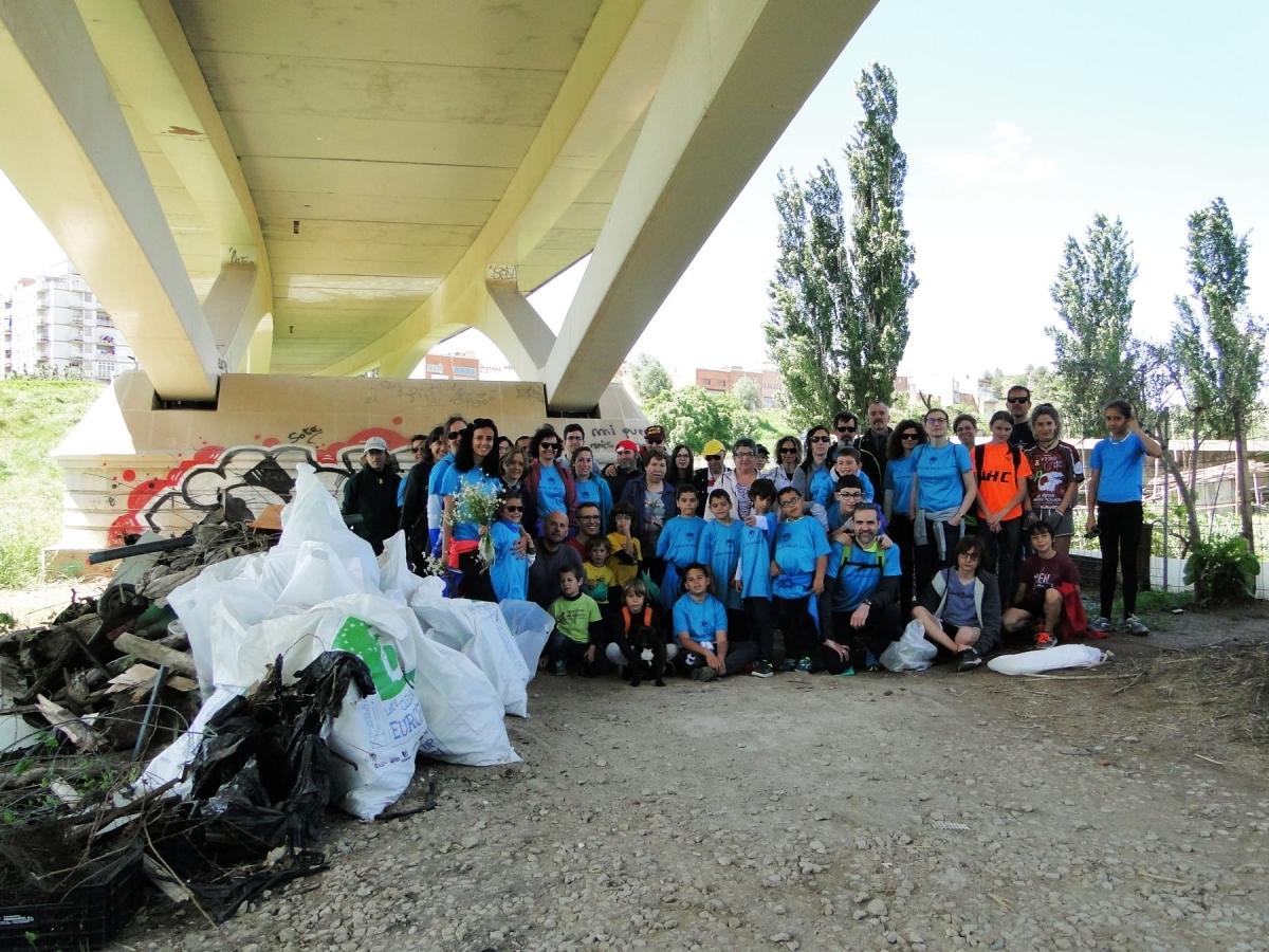 La fotografia de família de la cinquantena de voluntaris