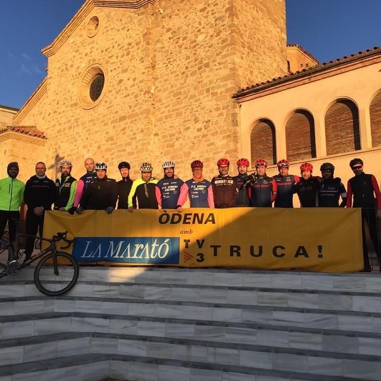 Els integrants de la Penya Roberto Lozano, amb el cartell de la Marató