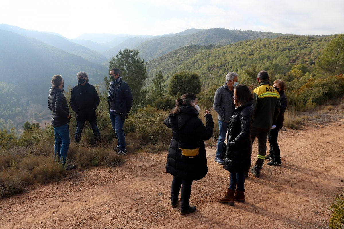 Una trobada entre veïns i batlles, a la zona on s'instal·laran els parcs FOTO: ACN