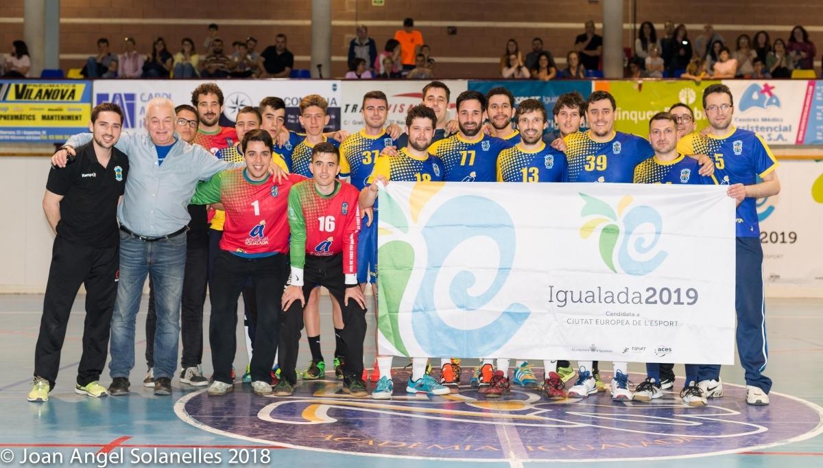 Els jugadors i l'equip tècnic, en la celebració de l'ascens