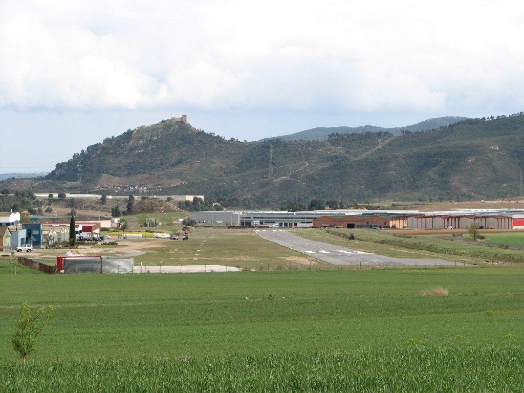 L'aeròdrom, des de la seva vessant nord