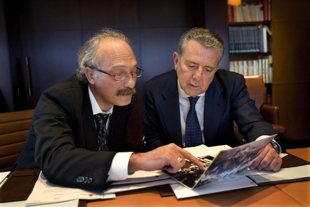 Jordi Aymamí i Javier Godó, president del Grupo Godó, signant el conveni