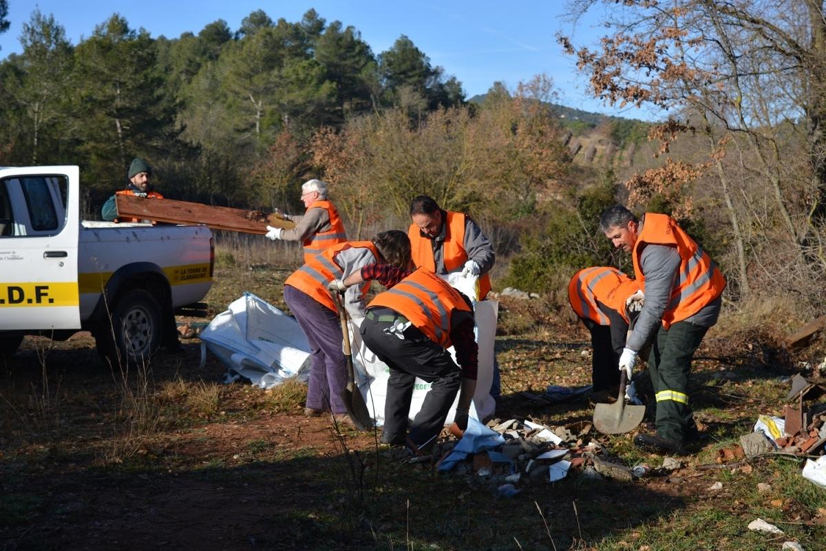 Els voluntaris torredans, amb armilles cedides per l'Ajuntament