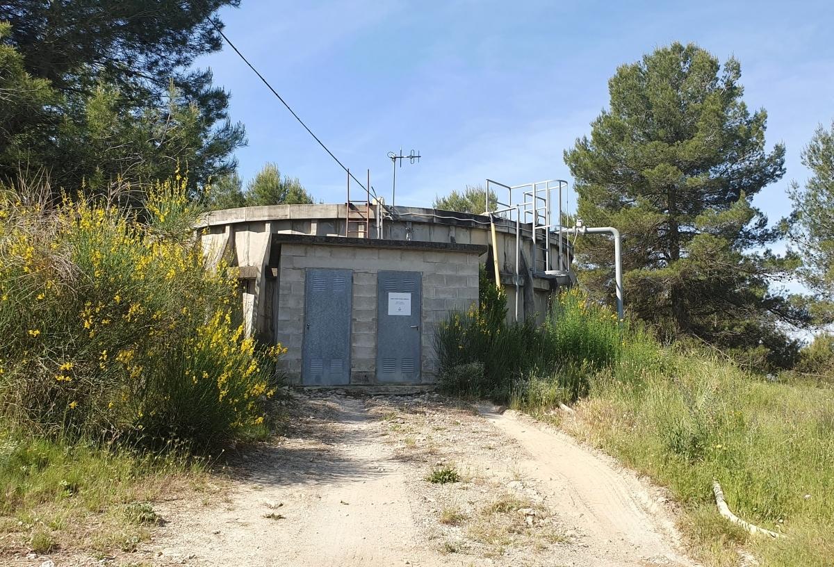 El dipòsit del municipi, ja amb aigua de la Llosa del Cavall