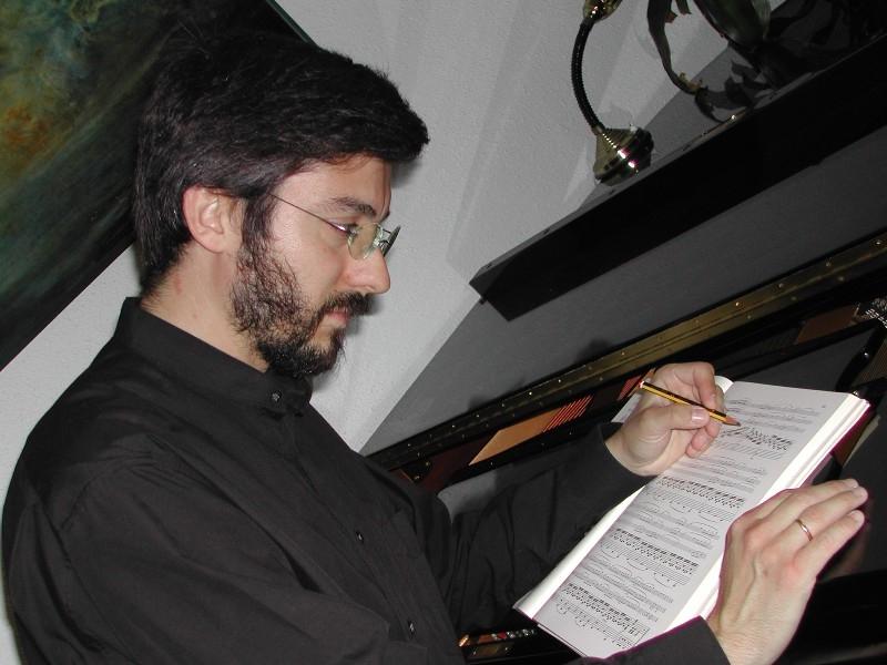 El músic Emili Blasco repassant una partitura
