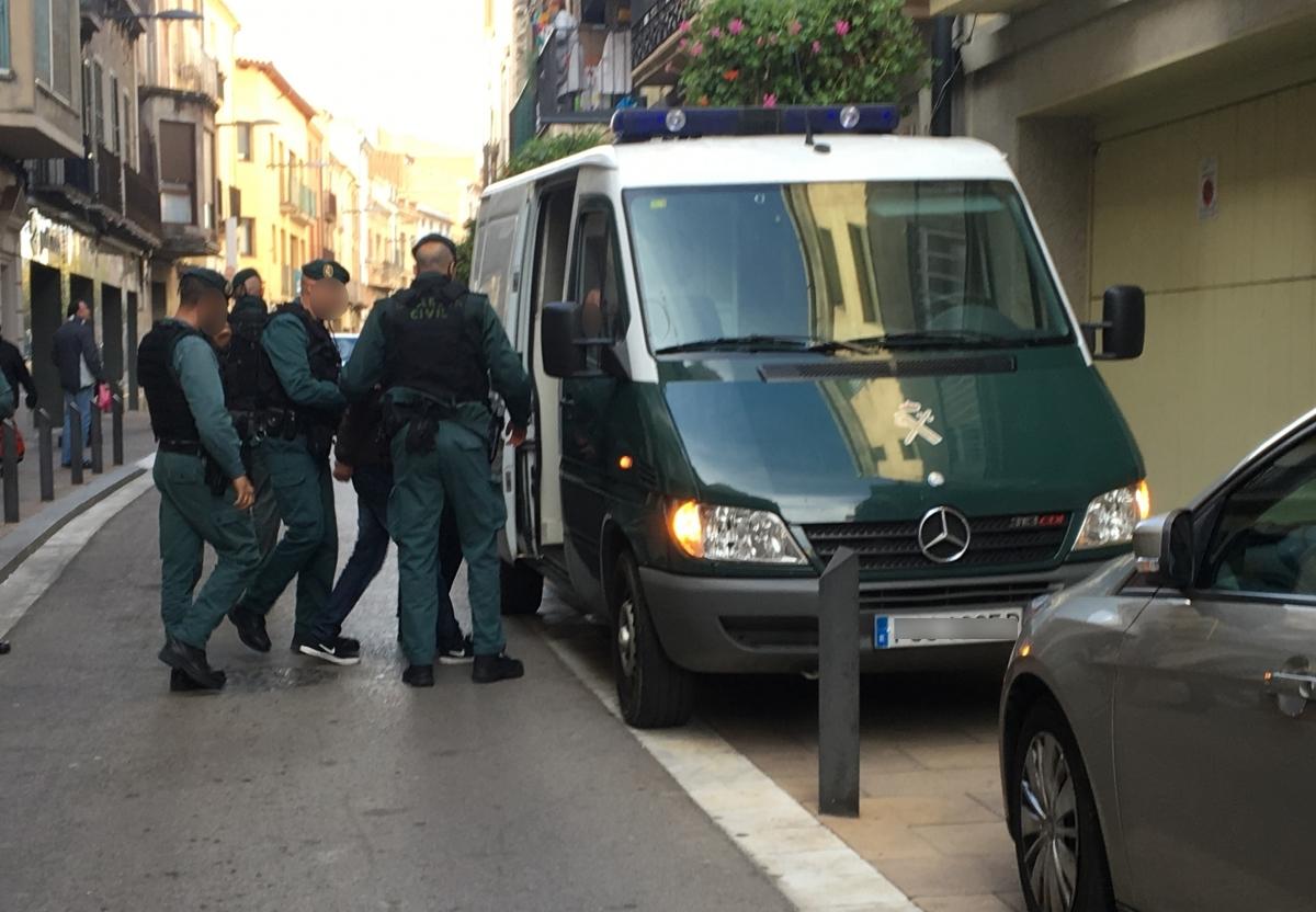 MOment en què introdueixen el detingut al furgó poilicial (Foto: Toni Cortès)