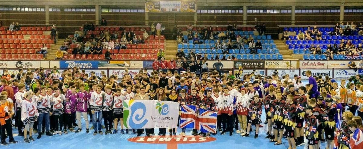 Centenars de joves, al centre de la pista igualadina, en una foto de grup