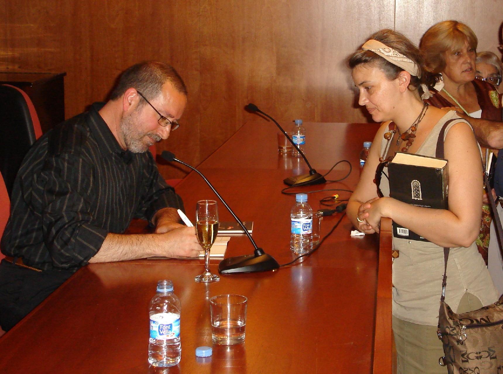 José Antonio Nieves signant els llibres