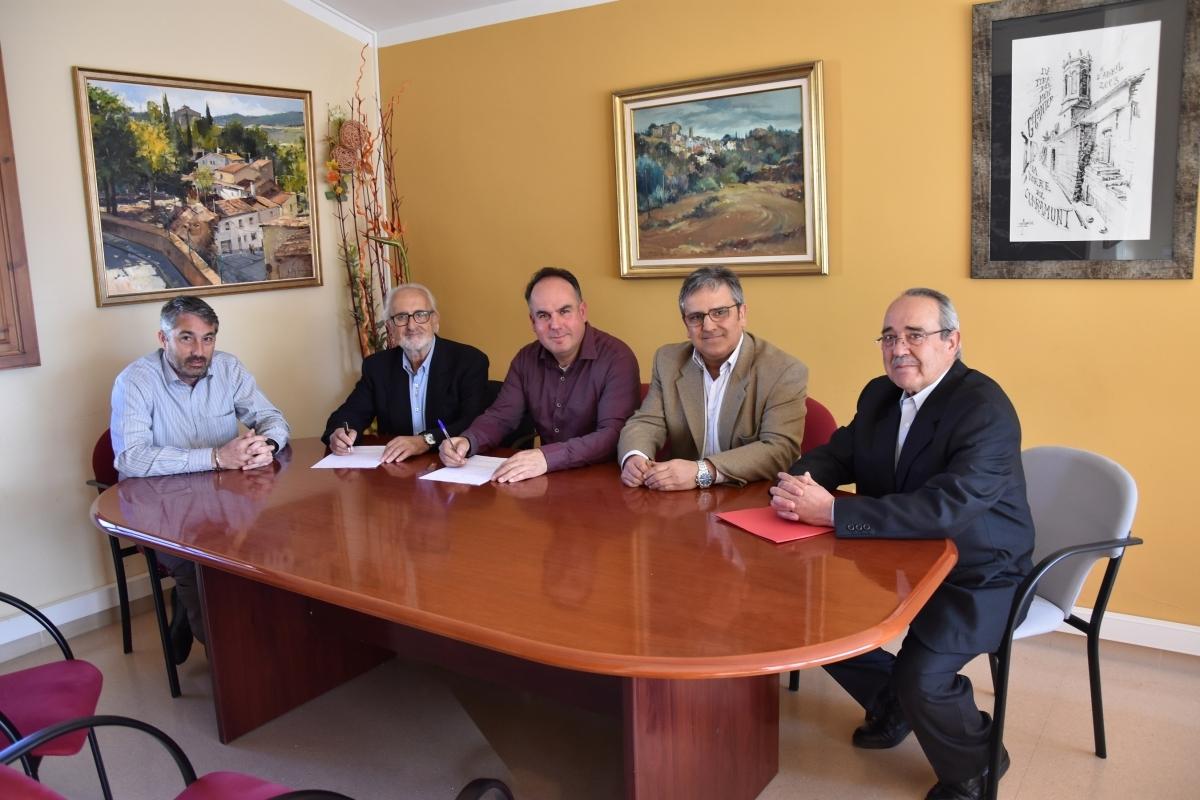 L'alcalde Jaume Riba, al centre, en la firma del conveni