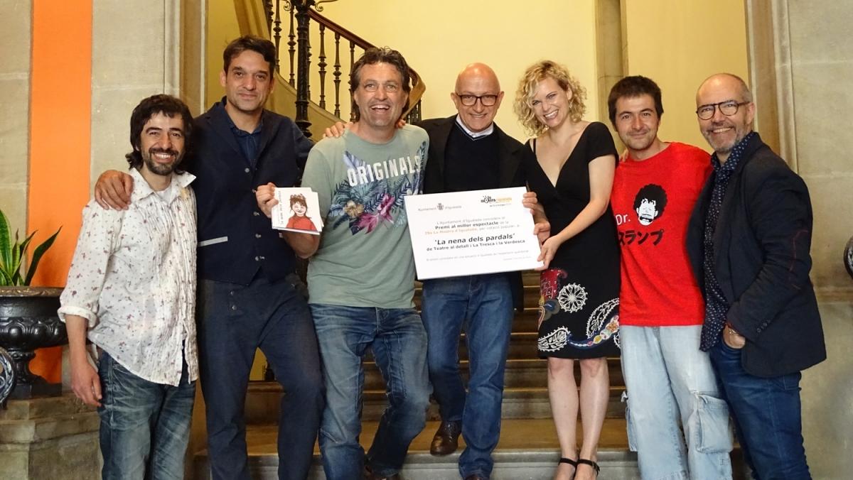 L'equip de la Mostra amb els guanyadors del premi, junt al regidor Pere Camps