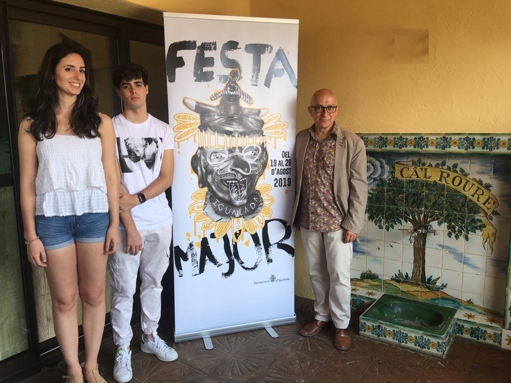 El regidor Pere Camps, a la dreta, amb els autors del cartell