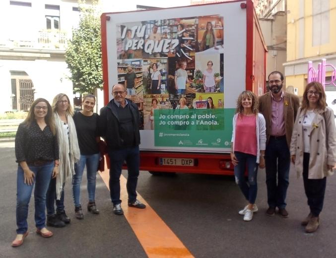 Alguns dels responsables que han confeccionat la campanya, amb un vehicle que porta el lema