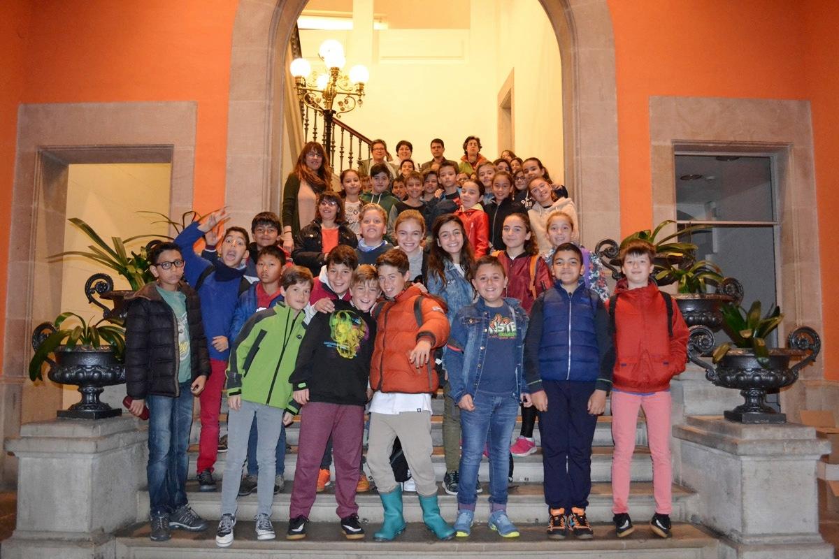 Els infants de l'Emili Vallès, amb la regidora i l'alcalde