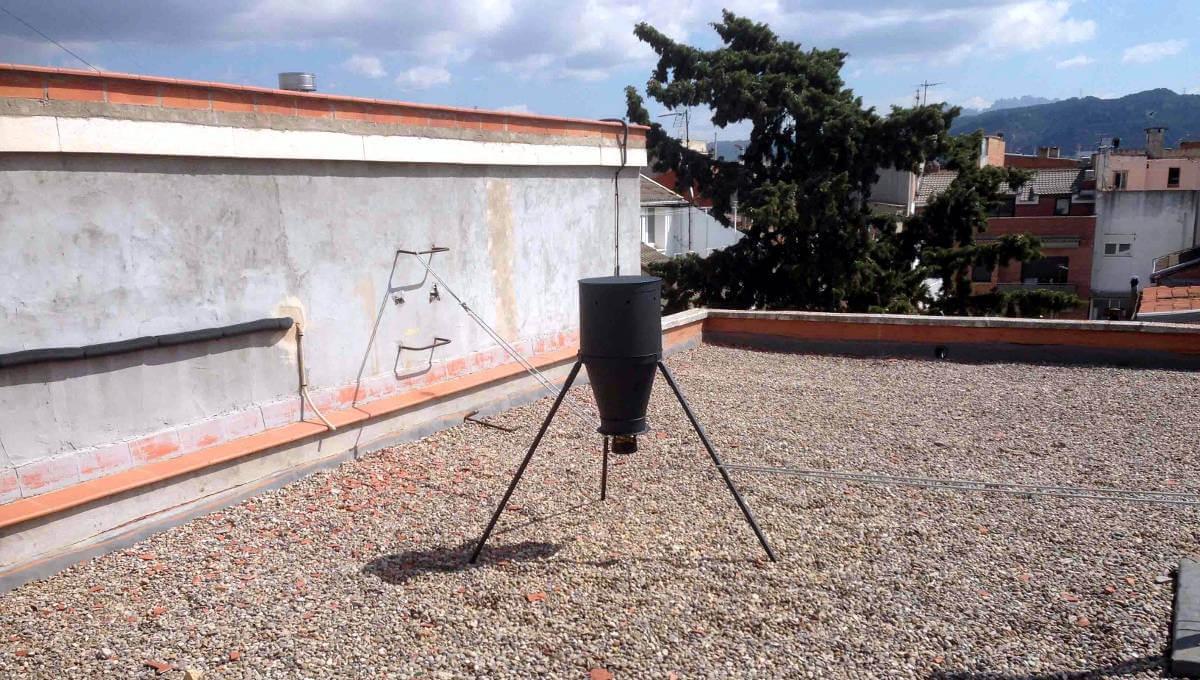 El dispensador que s'utilitza a Vilanova, en una teulada