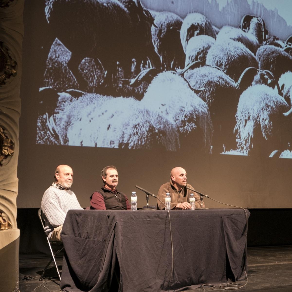 Els tres protagonistes del viatge, explicant-ho al Teatre Municipal l'Ateneu